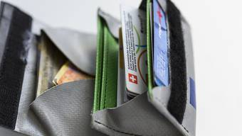 Die Menschen im Kanton Genf zahlen überdurchschnittlich hohe Krankenkassenprämien. Die Linke will mit einer kantonalen Initiative erreichen, dass ihnen künftig mehr Geld für anderes im Portemonnaie bleibt. (Symbolbild)