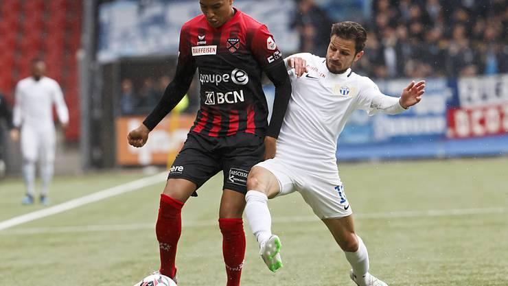 Der Xamaxien Charles Pickel (links) verteidigt den Ball gegen Antonio Marchesano