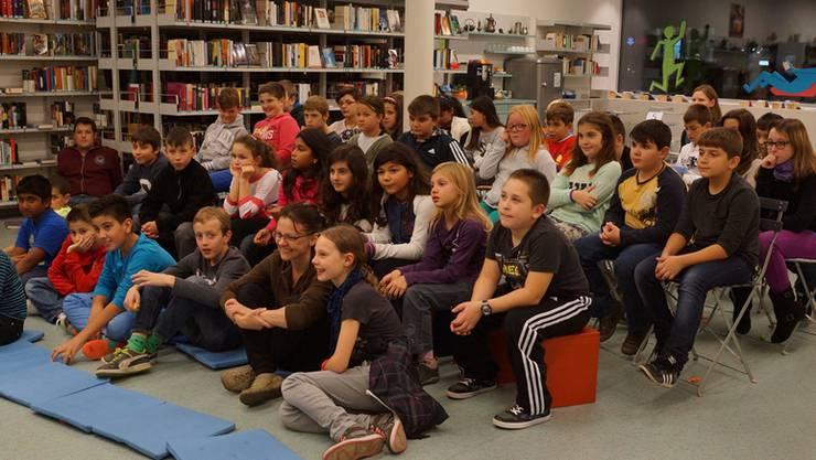 Die Schlieremer Schüler lauschen gebannt einer Geschichte.