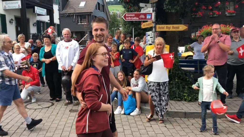Applaus, Alphorn und Fahnenschwinger: So herzlich wurde Olympiasiegerin Nina Christen in der Heimat empfangen