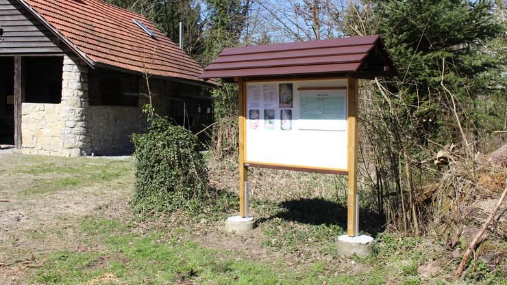 Die Infotafel bei den Waldhütten in der Ebni gibt wichtige Hinweise über den Waldlehr-pfad.