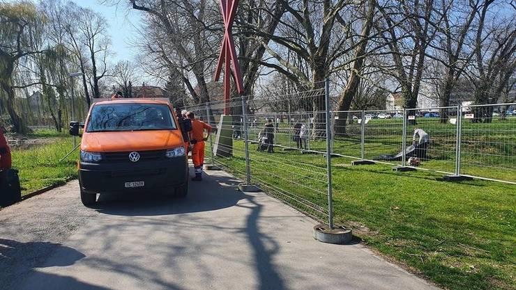 Am Freitagnachmittag installieren Mitarbeiter des Werkhofs noch einen zweiten Zaun entlang der Kunstgrenze auf Klein Venedig.