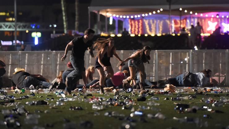 Die Menschen fliehen vor den Schüssen des Todesschützen Stephen Paddock. 58 Menschen kamen am 1. Oktober 2017 in Las Vegas ums Leben.