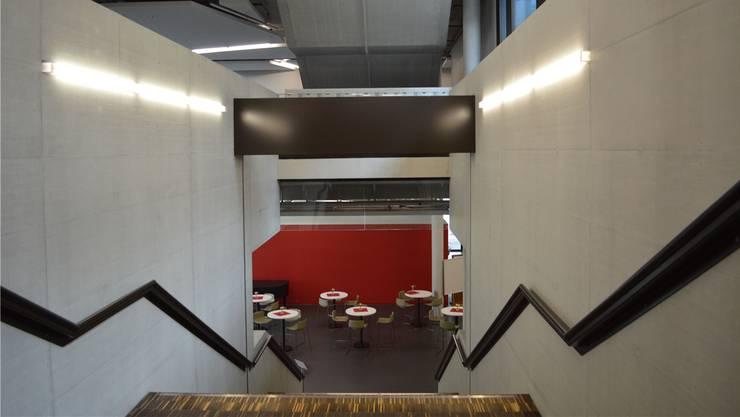 Zwar ist der Campus im Sommer weniger belebt als üblich, doch diese Tischchen werden bald besetzt sein.