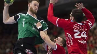 Lenny Rubin (links) kommt trotz heftiger Gegenwehr von Sidorowicz und Svajlen zum Abschluss