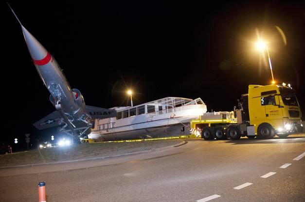 Die MS Seeland wird durch den Flughafen-Kreisel chauffiert