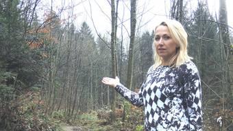 Melanie Ventaglio (45) zeigt den Waldzugang am Ende der Ziegelhaustrasse, wo nicht vor der Jagd gewarnt wurde.