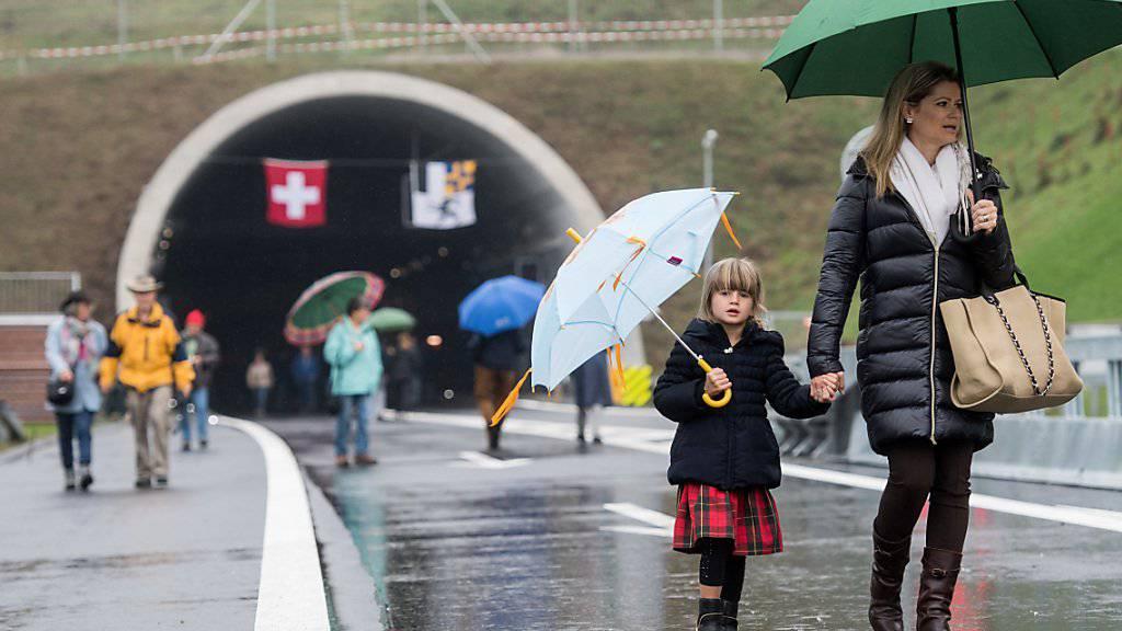 Am Samstag flanierten noch die Bewohner Roveredos durch den neuen Umfahrungstunnel. Zwei Tage später wurde das Bauwerk im Beisein von Verkehrsministerin Doris Leuthard eingeweiht.
