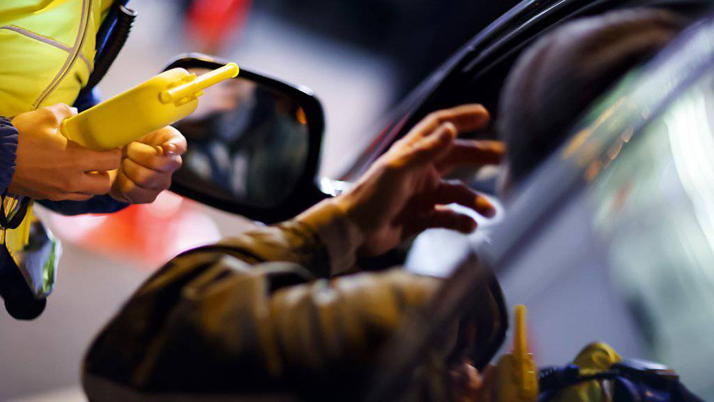 Die Genfer Polizei bei einer Alkoholkontrolle: Die Ausweisentzüge wegen Fahren in angetrunkenem Zustand gingen 2018 um vier Prozent zurück. (Archivbild)