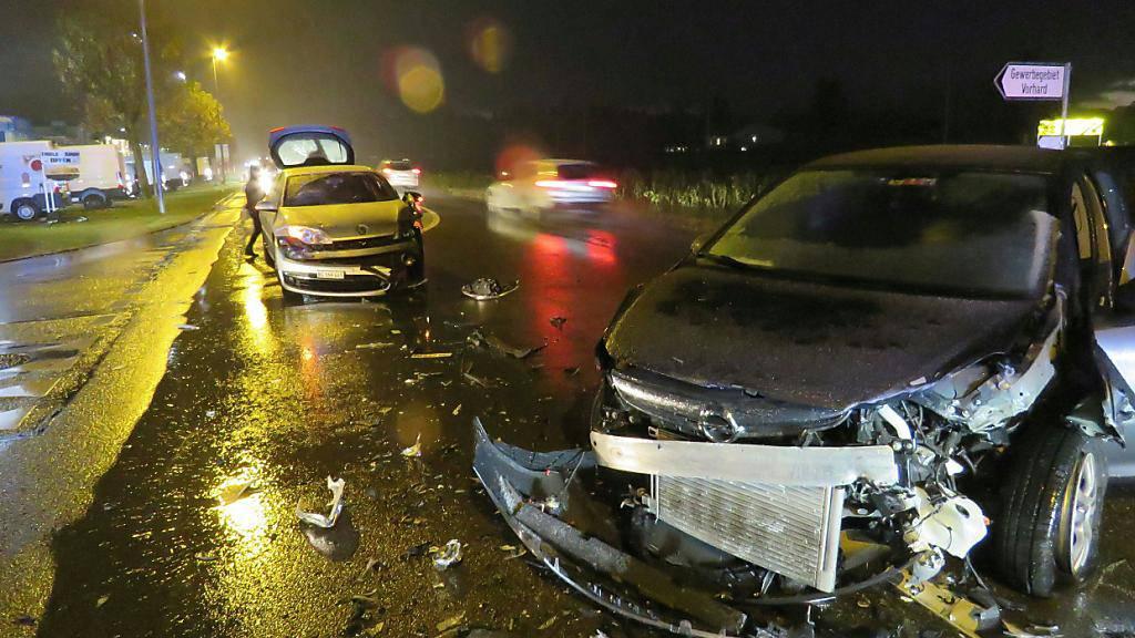 Fünf Verletzte und Totalschaden an zwei Autos: Das ist die Bilanz einer Frontalkollision in Döttingen AG. Eine 75-jährige Autolenkerin geriet auf die Gegenfahrbahn.