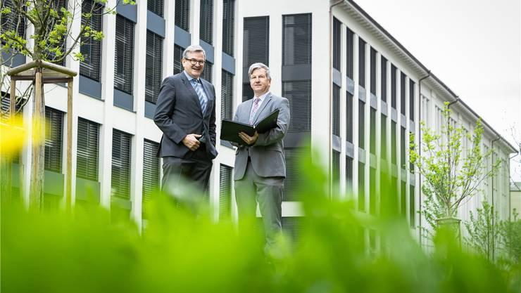 Realit-Chef Philipp Gloor (l.) und GastroAargau-Präsident Bruno Lustenberger vor dem künftigen Ausbildungssitz in Lenzburg.