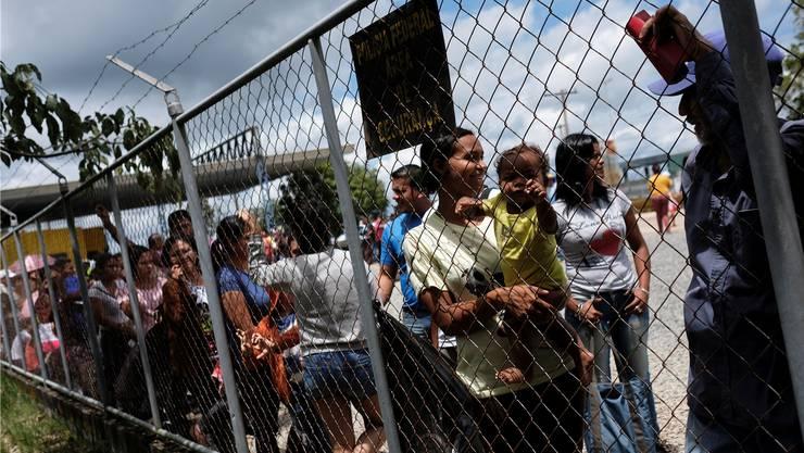Keine Hoffnung mehr auf ein besseres Leben in der Heimat. Venezolanerinnen warten an der Grenze zu Brasilien, bis sie zur Passkontrolle dürfen.