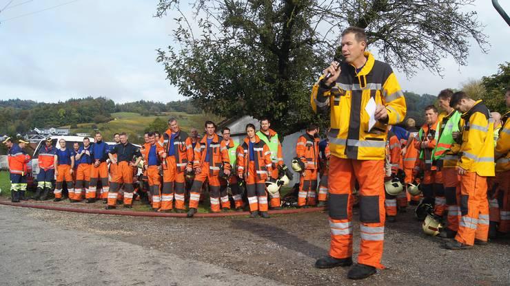 Feuerwehr-Kommandant Hanspeter Saxer bedankt sich für den super Einsatz.