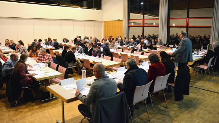 Gesenkte Köpfe: Die Trimbacher Gemeindeversammlung im Mühlemattsaal lehnte mehrere Budgetkürzungen des Gemeinderates ab (stehend: Gemeindepräsident Karl Tanner).