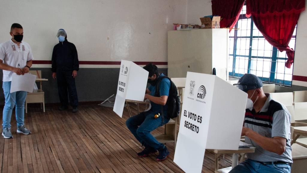 Wähler geben am 7. Februar bei der Präsidentenwahl ihre Stimme in einem Wahllokal in Quito ab. Foto: Juan Diego Montegro/dpa