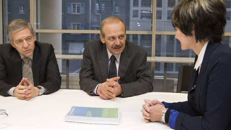 PPC-Präsident Rabbo (Mitte) mit der früheren Schweizer Aussenministerin Micheline Calmy-Rey und dem israelischen Delegationsleiter der Genfer Initiative, Yossi Beilin (links), 2011 in Genf.