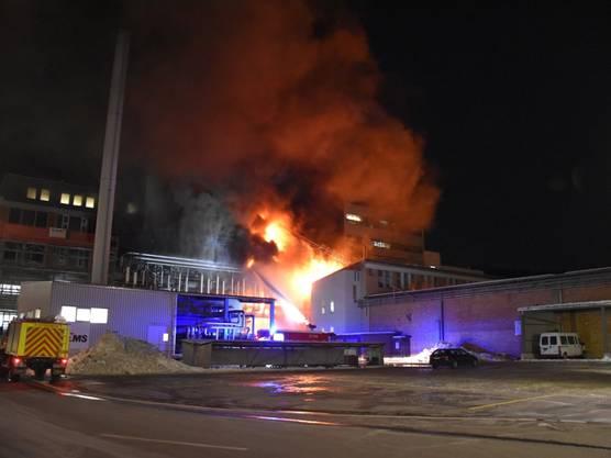 Domat/Ems, GR, 19. Januar: Ein Produktionsgebäude der Ems-Chemie steht nachts in Flammen. Die Feuerwehr bringt den Brand rasch unter Kontrolle. Das Feuer ist nach rund zwei Stunden gelöscht. Verletzt wird niemand. Auch für die Umwelt bestand laut Polizei keine Gefahr.
