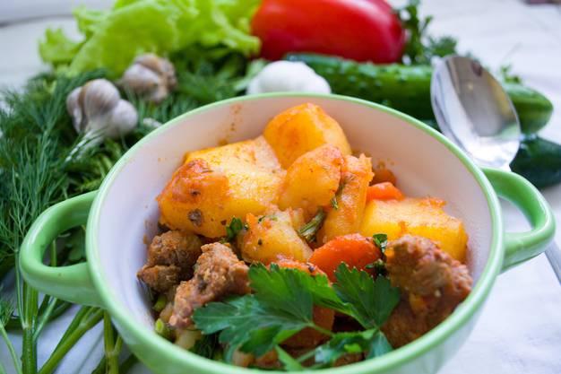 Salzkartoffeln: Die beliebte Beilage der Metzgete bringt bei 100g 70 kcal auf den Teller.