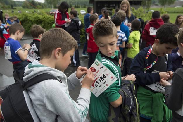 Die Schüler der Primarschule Dorf halfen sich gegenseitig beim Montieren der Startnummern.