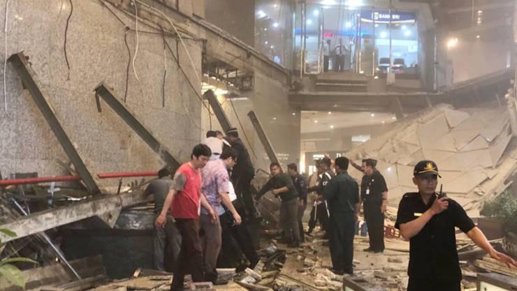 Am helllichten Tag ist in der Börse von Jakarta ein Wandelgang über der Eingangshalle eingebrochen. Unter den Verletzten sind Dutzende Studenten.