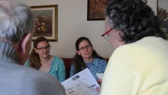 Nicole Rieser und Regula Eck beraten ein Ehepaar in Oberengstringen: «Obwohl viele Patienten gerne zu Hause sterben würden, geschieht dies immer noch zu selten.»