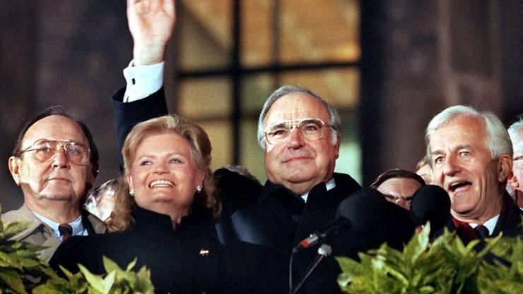 Helmut und Hannelore Kohl, Aussenminister Hans-Dietrich Genscher (links) und Bundespräsident Richard von Weizsäcker am 3. Oktober 1990, dem Tag der Wiedervereinigung, in Berlin.