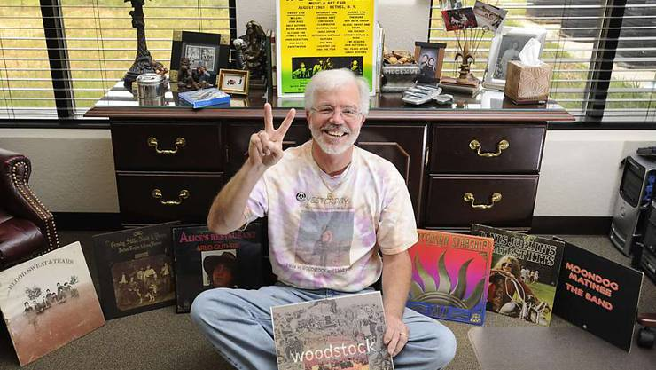 Das Woodstock-Festival vor 50 Jahren hat eine ganze Generation von Musik-Fans geprägt. Im Bild der US-Amerikaner George Hill, der am Festival mit dabei war, umrahmt von zahlreichen Erinnerungen an das legendäre Fest. (Archivbild)