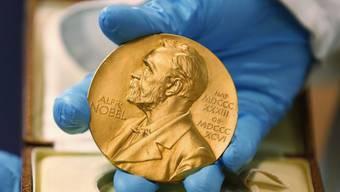 Der Amerikaner Arthur Ashkin und das französisch-kanadische Forscherteam Gérard Mourou und Donna Strickland teilen sich den diesjährigen Physik-Nobelpreis für ihre bahnbrechenden Erfindungen im Bereich der Laserphysik. (Archivbild)