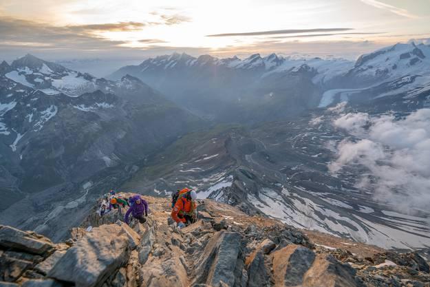 Die Bergsteiger klettern höher und höher.