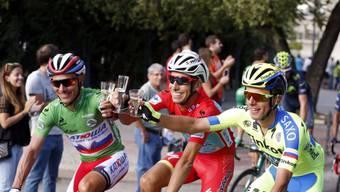 Fabio Aru (Mitte) konnte die Triumphfahrt nach Madrid geniessen. Der Italiener sicherte sich bei der 70. Ausgabe der Spanien-Rundfahrt den Gesamtsieg vor dem Spanier Joaquim Rodriguez (links) und dem Polen Rafal Majka (rechts)
