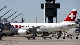 Das Bundesverwaltungsgericht muss sich mit der Frage auseinandersetzen, ob die Betreiberin des Flughafens Genf gewissen Angestellten die Zutrittsberechtigung zum Rollfeld entziehen durfte. (Archiv)