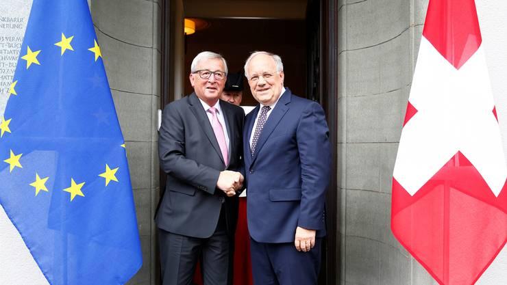 Was hat dieser Jean-Claude Juncker Schweizer Bundesräten nicht schon die Hand geschüttelt...