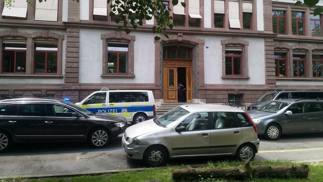 Hier werden die Schülerinnen und Schüler aus dem St. Johanns-Schulhaus evakuiert.