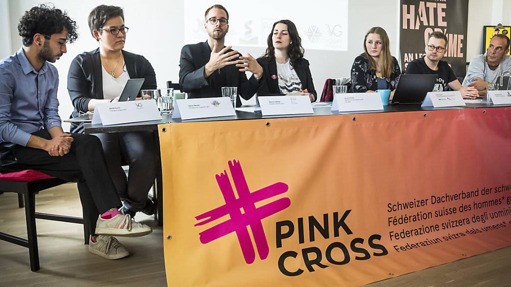 Vertreter mehrerer Organisationen fordern in Lausanne offizielle Statistiken zu Hassverbrechen aufgrund der sexuellen Orientierung oder der Geschlechtsidentität.