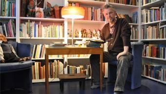 Jürg Steigmeier liest nicht vor – er erzählt die Geschichten und schaut die Zuhörer dabei an.