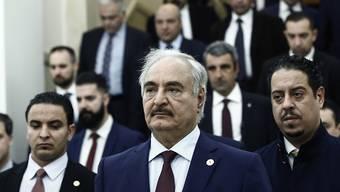 Der abtrünnige General Libyens Chalifa Haftar (Bildmitte) erachtet das Uno-Abkommen für die Machtaufteilung in seinem Land für nichtig. (Archivbild)