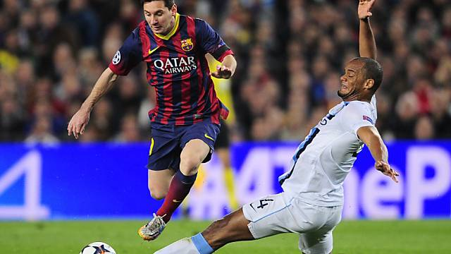 Barcelonas Lionel Messi (links) überläuft Vincent Kompany