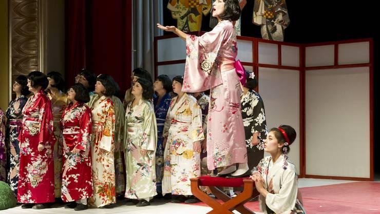 In japanischen Gewändern singen der Frauenchor und die Solistin Jeanne-Pascale. zvg