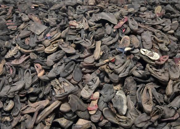 Schuhe getöteter KZ-Insassen. Mehr als 1,1 Millionen Menschen verloren in Auschwitz ihr Leben.