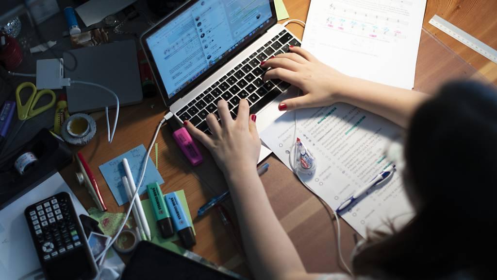 Eine Gymnasiastin lernt zu Hause. Die St. Galler Mittel- und Berufsschulen kehren nach zwei Wochen Fernunterricht am Montag in die Klassenzimmer zurück (Archivbild).