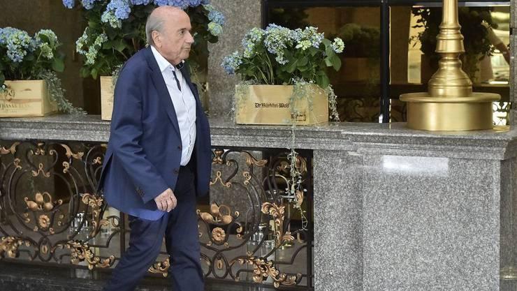 Der frühere Fifa-Präsident Sepp Blatter im Juni vor seinem Hotel in Moskau. Davor war er nach eigenen Angaben von Wladimir Putin im Kreml empfangen worden. Weniger gastfreundlich zeigt sich die Fifa: Sie erlaubt dem Walliser nicht einmal mehr den Besuch des Fifa-Museums in Zürich.