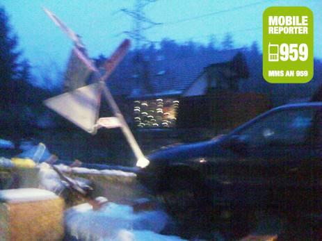 In Böttstein ist ein Autolenker innerorts wegen Glatteis von der Strasse abgekommen und in die Wegbeschreibung reingedonnert. «Ich denke, dem Fahrer ist nichts passiert», schreibt Mobile Reporter Chris W.