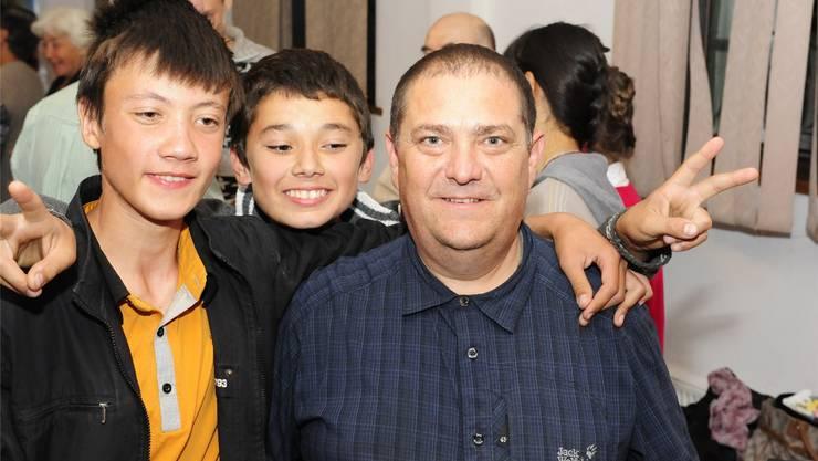 Pater Kahn mit Jugendlichen zvg/Kirche in Not