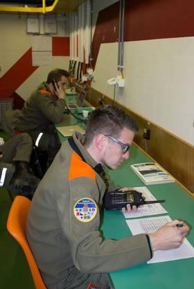 Björn Elias, Chef Telematik, nimmt die Meldungen der Zivilschützer via Polycom entgegen, während Matthias Ulrich, stellvertretender Chef Sirenen, weitere Meldungen telefonisch aufnimmt.