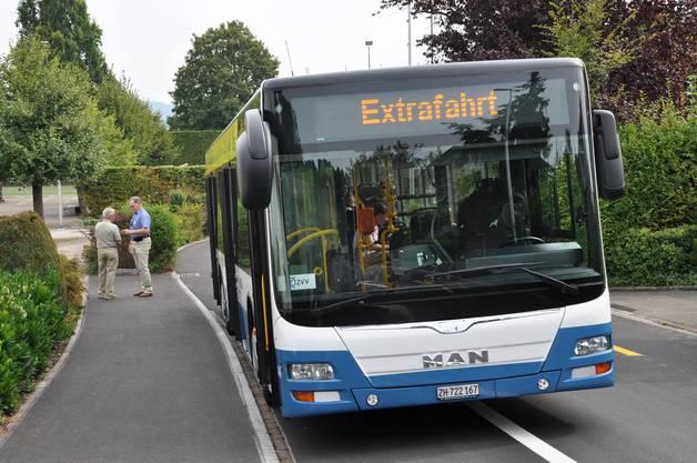 Die Gemeinde hat einen ZVV-Bus gechartert, um den neuen Bergdietikern ihr Dorf zu zeigen.