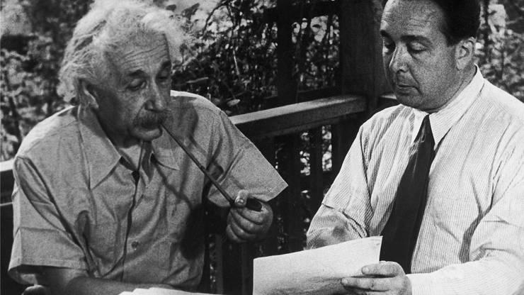 Albert Einstein und Leo Szilard diskutieren den Brief an Präsident Roosevelt (nachgestellte Szene).