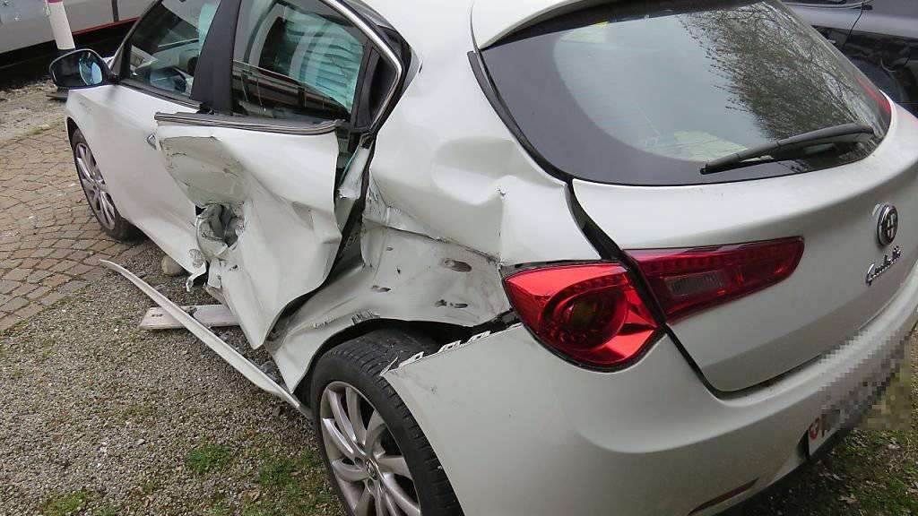 Mit viel Glück wurde beim Zusammenstoss in Hirschthal AG niemand verletzt. Am Auto entstand Totalschaden.