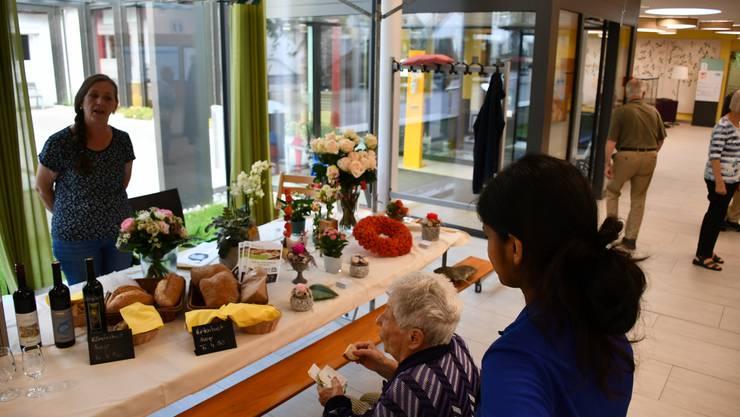 Im neuen Quartierlädeli im Pflegezentrum Süssbach werden frische, regionale Produkte angeboten.Am Eröffnungstag können die Kundinnen und Kunden an verschiedenen Ständen die Produkte degustieren.