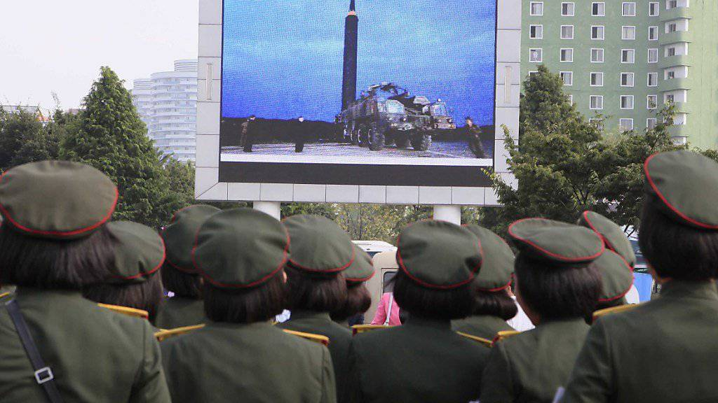 Nordkoreaner versammeln sich im August  in Pjöngjang, um den Abschuss einer neuen Interkontinentalrakete zu beobachten, die US-Gebiete erreichen könnte. (AP Photo/Kim Kwang Hyon)