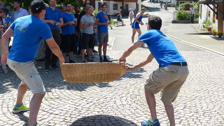 Werfer und Fänger gaben beim Eierlesen in Wölflinswil alles. Insgesamt mussten die Fänger 150 Eier mit dem Korb auffangen.